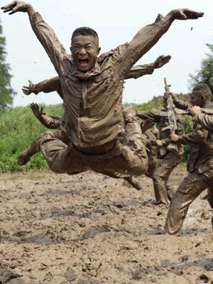 Policiais chineses treinam na lama
