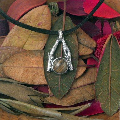 Серебряный кулон `Солнечный знак`, серебро и кварц-волосатик, желтый камень, треугольный ведьмовской магический кулон, растительный узор на серебре