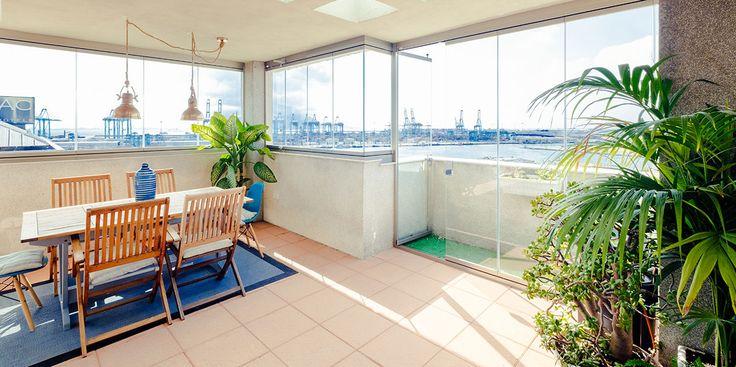 Se acerca el invierno y es una pena no poder usar la terraza durante esta estación. Los cerramientos con cortinas de cristal son una magnífica opción para continuar aprovechando uno de nuestros espacios favoritos durante todo el año.