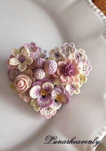 ;) Coração com flores de crochê..!!!