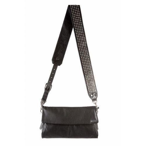 Μαύρο δερμάτινο τσαντάκι χιαστί με τρουκ ιδανικό για το grunge στυλ σας που μπορείτε να υποστηρίξετε όλες τις ώρες.  Την μαύρη τσάντα μπορείτε να βρείτε στο Golden Hall ,τηλέφωνο: 210-6837711 και στο www.diesel.com