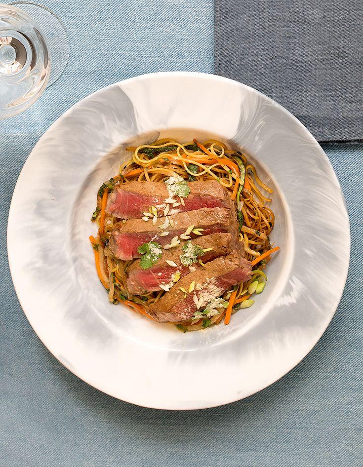 Boeuf angus tataki, wok de nouilles et légumes de Françoise Mutel pour 4 personnes - Recettes Elle à Table