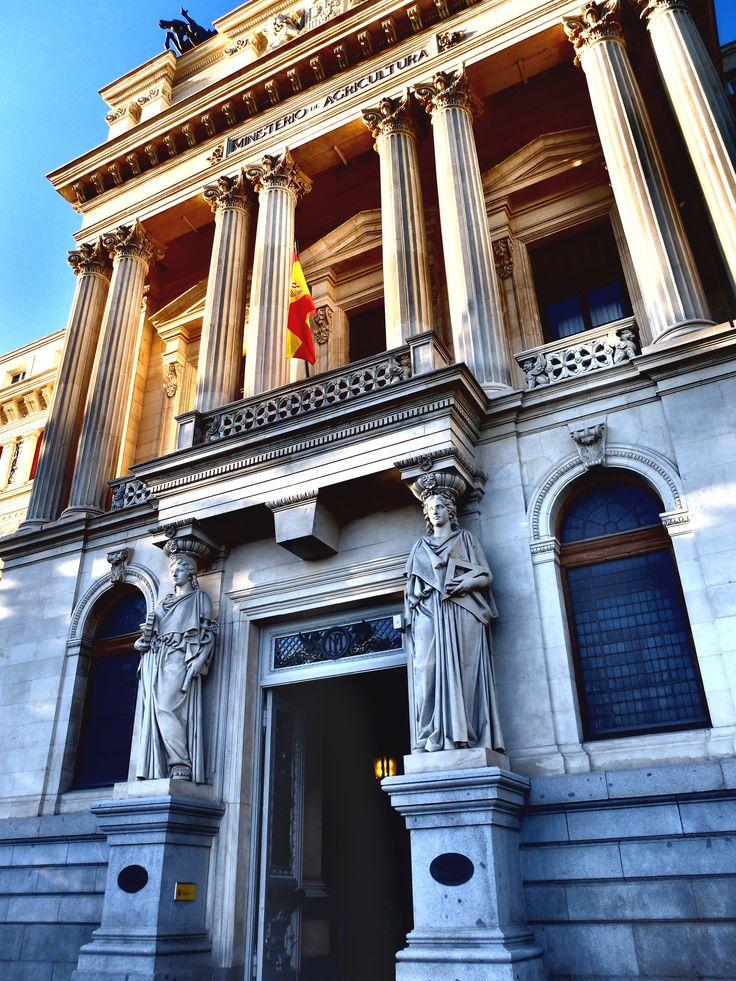 Palacio de Fomento. Las dos cariátides de la fachada representan la de la izquierda la Industria y el Comercio y la derecha las Artes