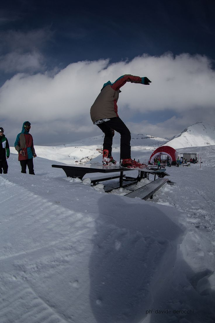 Kawabonga Snowpark -DueeffeShop Team  -One Foot BS Boardslide to Fakie -Omar E.