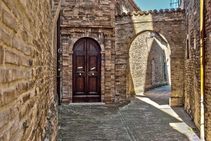 Vicolo di #Urbino - #Marche - #Italy