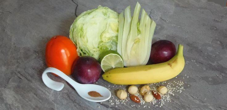 Advents-Smoothie-Zutaten:  2 Pflaumen, 1 Kaki (Sharon), 1/2 Fenchelknolle, 1/2 Eisbergsalat, 1 Banane, Saft einer Limette, 1 Prise Zimt, Sesam, Mandeln, Macadamia-Nüsse für die Deko, 250 ml Wasser