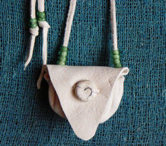 Just a Simple Round White Deerskin Medicine Bag Amulet von Pluct