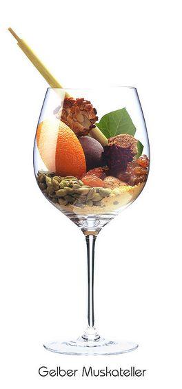 GELBER MUSKATELLER:  Mandel, Orange (Schale), Pfirsich, Rose (verwelkt), Efeu, Kardamom, Senfmehl, Florentiner, Lebkuchen