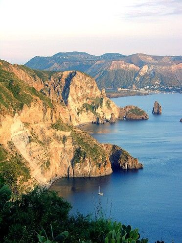 Iles Eoliennes, Italie. https://www.maritima-sailing.fr/mediterranee/location-voilier-catamaran-italie-sicile-iles-eoliennes#informations