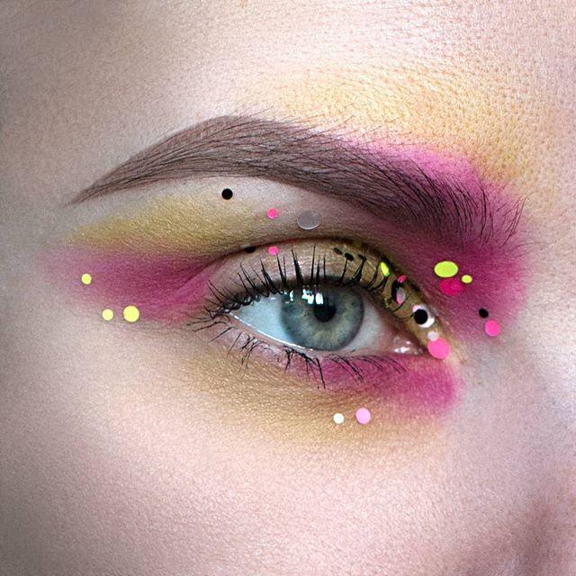 Products used: @sephora colorful eyeshadow 'Starlette' @maccosmetics eyeshadow 'bowlarama' glitter from aliexpress   Brows: @eyeko brow game strong brow definer medium and brow gel tinted #eye #eyeshadow #eyemakeup #eyeliner #ögonskugga #beauty #makeup #makeupaddict #makeupartist #mua #ilovemakeup #smink #featuremuas #makeupart