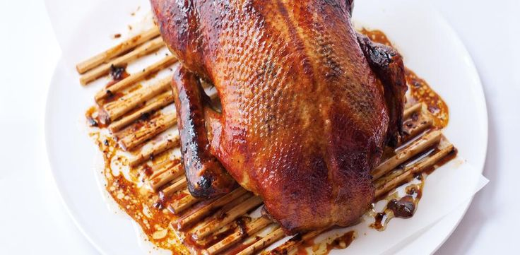 Kachnu dobře omyjte, z břišní dutiny od straňte přebytky tuku. Osušte kuchyňským papírem a na několika místech propíchejte. Pak kachnu na dvacet...