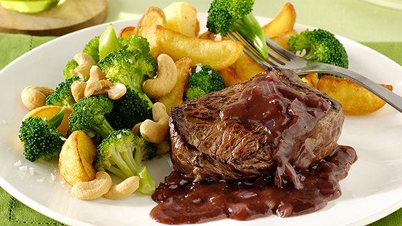 Alleen al bij de naam steak met portosaus beginnen de meesten te watertanden. Het recept dat volgt is snel, makkelijk en lekker! De traditionele Belgische steak met saus (pepersaus, bearnaisesaus) maken we dit keer klaar met een speciale twist: portosaus. Geniet van je culinaire steak met portosaus!