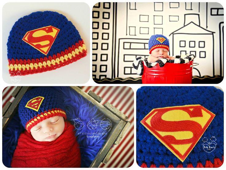 """Fotos inspiradoras para a confecção da minha touquinha """"Superbaby"""" <br> <br>Créditos: """"Art and Soul Photography"""", by Angel Porch. <br> <br>Touca em crochê SUPERBABY <br> <br>Ideia divertida inspirada no super herói Superman. <br> <br>Cores: Azul royal com 2 listras vermelhas e 1 amarela; e emblema bordado. <br> <br>Faixa de tamanhos (circunferência): <br> <br>RN (34-36cm) <br> <br>1-3 meses (38-40cm) <br> <br>3-6 meses (42-44cm) <br> <br>ATENÇÃO: <br>- Por favor, informe o tamanho desejado…"""