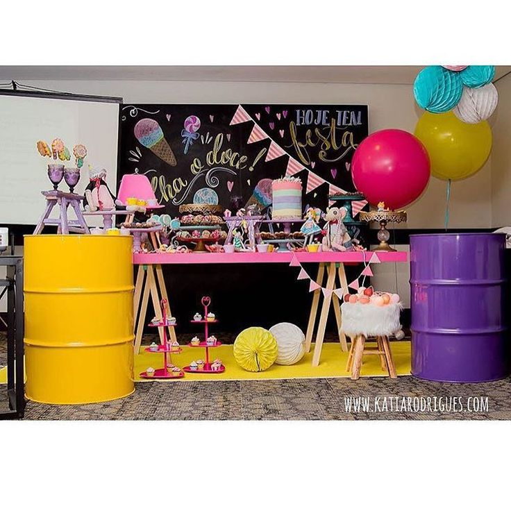 «A @mogemug arrasou na produção do curso em SP com nossa mesa cavalete pink, o painel de lousa e o latões coloridos! Parabéns pelo bom gosto e criatividade…»