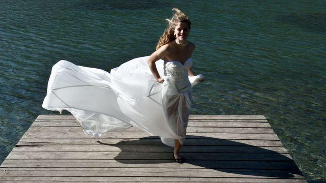 """L'éco-créatrice Valérie Pache conçoit des robes de mariée en toiles de parachute recyclées. Ce modèle baptisé """"Robe de l'air"""" est vendu 2500 euros."""