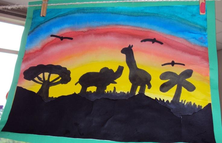 Tekenopdracht Afrika.  Met waterverf verven de kinderen de achtergrond. Daarna scheuren ze zwart papier voor de ondergrond. Met zwarte stift tekenen ze dieren etc.