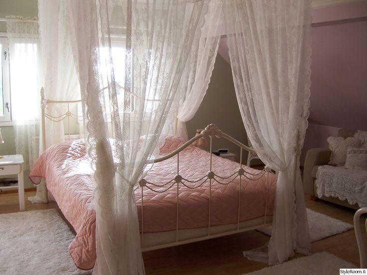 pivimartikaisen makuuhuoneessa maalaisromanttinen tyyli näkyy vuodekatoksessa ja vaaleanpunaisissa yksityiskohdissa. #makuuhuone #maalaisromantiikka #kodinsisustus #vaaleanpunainen #homedecor