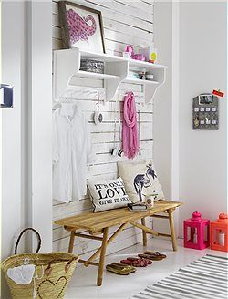 Einrichtungsinspiration für den Flur. Die Kombination aus natürlichem Holz und knalligen Akzenten sorgt für ein herzliches Willkommen zu Hause >> Ein tolles Möbel für Flur, Küche und Bad es kann viel abgelegt und aufgehängt werden.