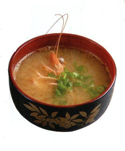 Мисоширу (Суп мисо) О супе мисо... Когда я впервые попала в суши-бар в Нью-Йорке, меня поразило, что все прихлебывают один и тот же суп с маленькими кусочками тофу и вакаме. И так во всех японских ресторанах Америки, которые я посетила, подают один и тот же суп. Почему меня это удивило?
