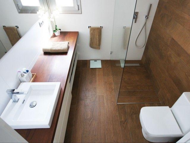 Baño con encimera de madera. Decoración Alado