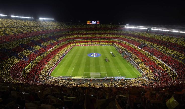 Los aficionados del Barcelona desplegaron hoy en el estadio Camp Nou un gigantesco mosaico con los colores de la bandera catalana, durante el empate 2-2 del clásico español ante el Real Madrid, y en un momento en que cobra fuerza el deseo independe...