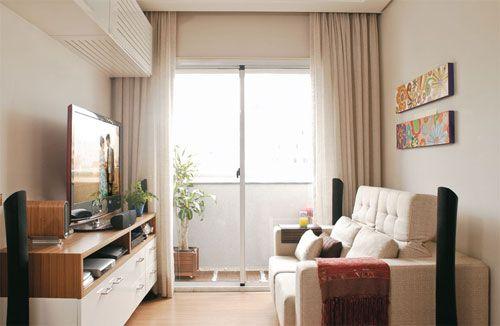 Sala pequena com aproveitamento de iluminação natural da sacada.