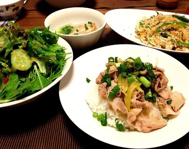 焼きビーフン、久しぶりに作りました。ナンプラーがホワッと香るビーフン、息子に大受けで3回もおかわりしました(^_^)豚丼はあっさり味に。サラダ多めにして、先に食べてお腹を膨らませようとしましたが、結局全部食べて満腹です( ̄ー ̄) - 53件のもぐもぐ - 豚丼、焼きビーフン、サラダ(レタス、水菜、胡瓜)、鶏手羽のスープ by gohandaisuki