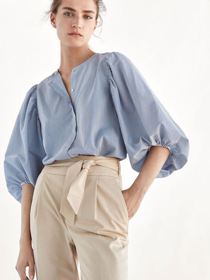 Camisa de rayas con estampado, confeccionada en tejido 100% algodón. Corte recto, cuello redondo, cierre mediante botonadura oculta frontal y manga 7/8 abullonada.