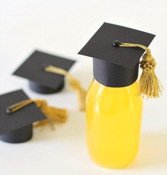 Minichapéu de graduação de papel é ótima opção de lembrancinha para formatura (Foto: celebrationsathomeblog.com)