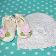 Beautiful baby outfit - organic bamboo beanie and ballet shoes with knitted pink rose