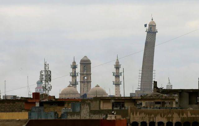 ISIS terkepung di Kota Tua Mosul  Masjid al-Nuri Mosul Irak adalah tempat ketua ISIS Abu Bakar al-Baghdadi menyatakan kekhalifahan. Masjid ini menjadi benteng utama ISIS (Reuters)  Pasukan Irak telah mengepung militan ISIS di sekitar Kota Tua Mosul Kamis (16/3). Para militan bersembunyi di rumah-rumah dan lorong jalan melancarkan serangan balasan dengan penembak jitu bom bunuh diri dan bom mobil. Polisi Federal dan pasukan unit reaksi cepat mencapai titik 500 m dari Masjid al-Nuri pada Kamis…