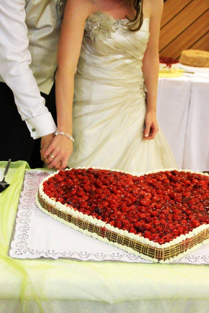 Klassische Hochzeitstorte in Herzform... Hier findet ihr tolle Ideen und kreative Beispiele für eure perfekte Hochzeitstorte zu eurer Traumhochzeit...