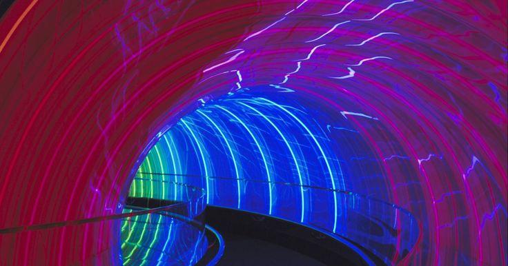 Qué es un adaptador de túnel. En redes de computadoras, tunneling es una estrategia de envío de datos a través de una red que transporta conexiones de otra red. El tunneling hace posible que alguien envíe datos seguros y privados a través de una red abierta como Internet. El sistema operativo Windows utiliza adaptadores de túnel como parte de la interfaz de red, que permite a ...