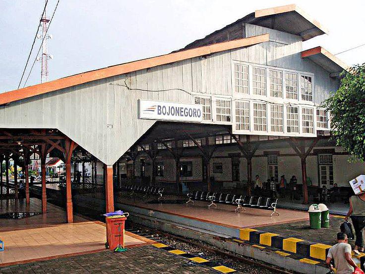 Stasiun Bojonegoro (BJ) merupakan stasiun kereta api kelas satu yang terletak di Desa Sukorejo, Kecamatan Bojonegoro, Kabupaten Bojonegoro, Jawa Timur. Hanya kereta api Argo Bromo Anggrek yang berjalan langsung di sini. Stasiun berketinggian +15 m ini merupakan stasiun kereta api paling timur di Daerah Operasi IV Semarang. Stasiun ini terletak di Jl. Gajah Mada, yang menghubungkan Bojonegoro dengan Babat, Lamongan.