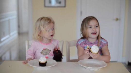 Braciszek czy siostrzyczka? Sprawdź, dlaczego 2-letnia Grace płacze po zjedzeniu babeczki
