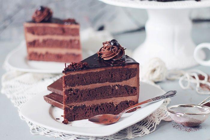 Tort amandina, cu blat de cacao, sirop de rom si crema de unt- reteta completa si pasii de realizare pe pasiunepentrubucatare.ro