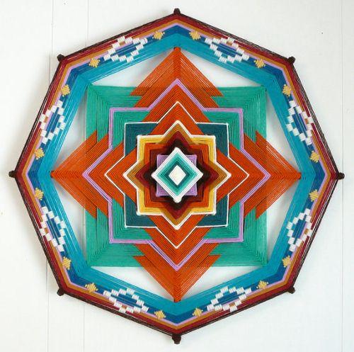 Decoracion amuleto con lana de colores