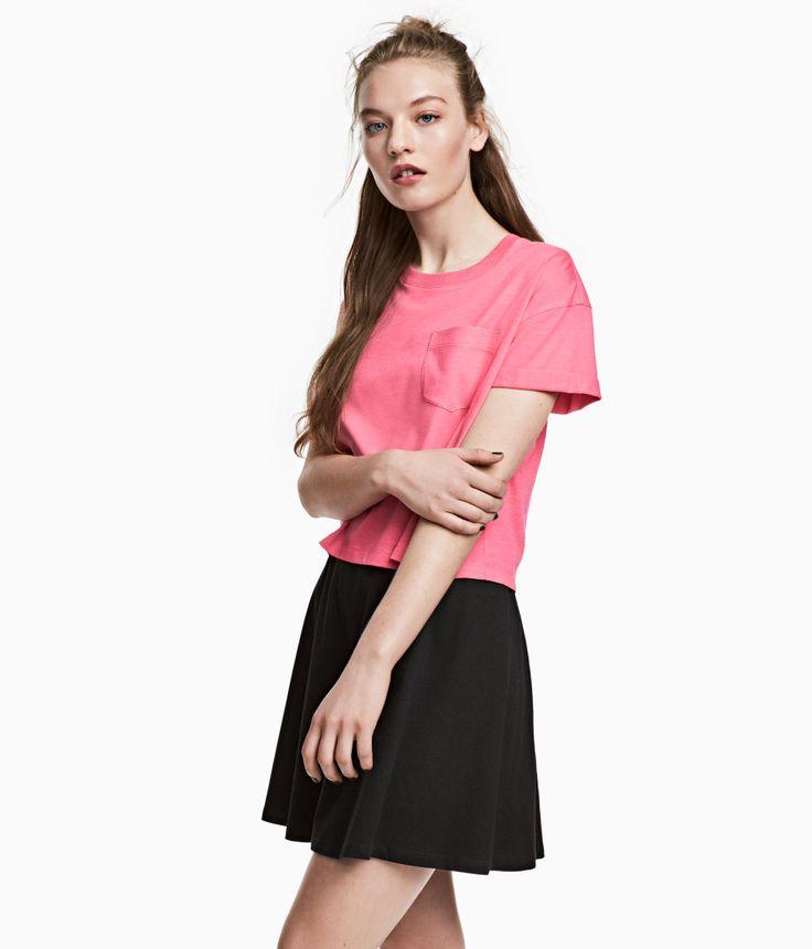 ¡Echa un vistazo! Camiseta corta de punto con bolsillo superior y dobladillos cosidos vueltos en las mangas. – Visita hm.com para ver más.