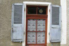 Verweerde luiken in Vivans, Bourgogne, Frankrijk (Trudi)
