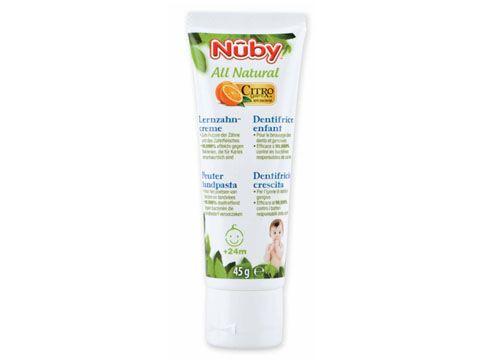 Il dentifricio Nûby™ Citroganix™ e' completamente naturale. Questo dentifricio senza fluoruro e' stato studiato specificatamente per i bambini a partire dai 24 mesi. Sicuro se ingerito, il ns. dentifricio crescita lenisce le gengive ed e' efficace al 99,999% contro i batteri responsabili della carie (Citroganix™).