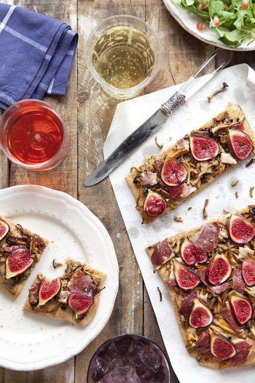 Cook me tender: Pizza de higos, foie y camagroc con masa de harina de espelta y ensalada de granada, jamón de pato y parmesano