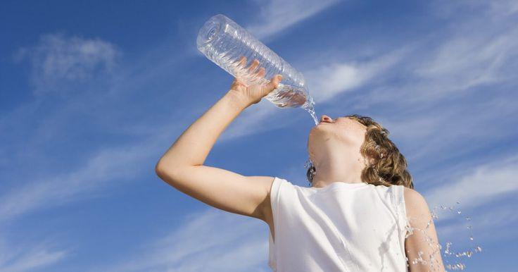 Cómo usar botellas recicladas de soda para hacer macetas de autoriego. Si buscas una forma innovadora de reciclar tus botellas de refresco o recipientes plásticos de agua, puedes considerar usarlos como macetas de auto riego. En estos tiempos de tantas ocupaciones, para muchas personas es difícil conservar plantas en el hogar. Si olvidas regar y cuidar las plantas, se secarán, marchitarán y morirán. Utiliza un ...