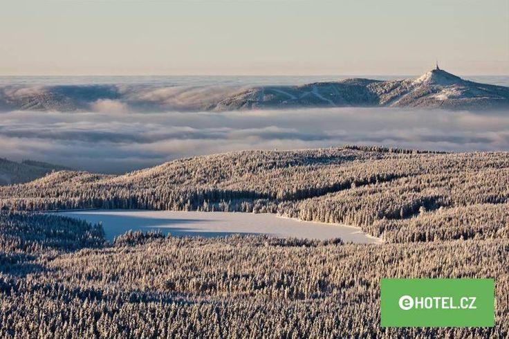 Ještěd - Milovníci hor ocení především kilometry sjezdových tratí v několika lyžařských střediscích – Tanvaldský Špičák, Albrechtice, Kořenov a samozřejmě také Ještěd s impozantní stavbou na vrcholu, která představuje dominantu celých Jizerských hor, patří mezi neoblíbenější zimní destinace. Pojďte se podívat, co všechno na Vás ve Skiareálu Ještěd čeká!