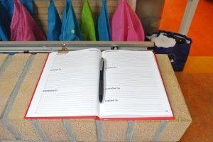 Leg een agenda bij de ingang van de klas waarin ouders bijzonderheden schrijven van de dag: blijven kinderen over, is er iemand jarig, wordt het kind door iemand anders opgehaald, etc.