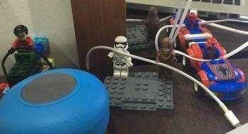 Organizando os fios e cabos com LEGO