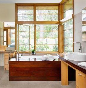 Eine asiatisch inspirierte Badezimmer mit Badewanne zum Einweichen und ein Schiff versenken auf einem niedrigen Tisch. Foto von Webber + Studio, Architekten