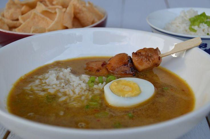 Pindasoep. Gezellig eten, zo'n pindasoep met kleine schaaltjes met ingrediënten om in de soep te scheppen: rijst, ei en groenten. Erbij saté en cassave.