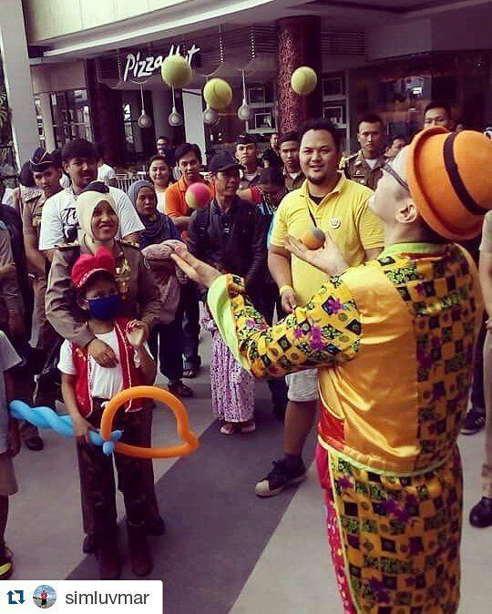 #Repost @simluvmar with @repostapp  21february2016 #fightcancer #wecare #weshare #worldcancerday #heartofgold #beranigundul #loveiscure #happyheartdoesgoodlikemedicine #ykaki #bandung #westjava #indonesia #indonesianclownalley #charityshow spread the #happiness throught #balloon #juggling and #clown act! :) clown always ready for your spesial event. by mariatresna