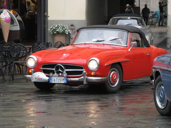 red mercedes in piazza anfiteatro Lucca