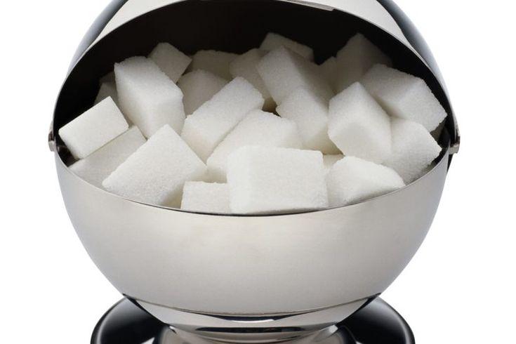 Efectos del azúcar en la digestión. El azúcar proporciona tanto beneficios para la salud como consecuencias negativas. Suministra una fuente importante de energía que es fácil para el cuerpo de metabolizar y utilizar. Sin embargo, si se consumen grandes cantidades de azúcar, puede aumentar el ...